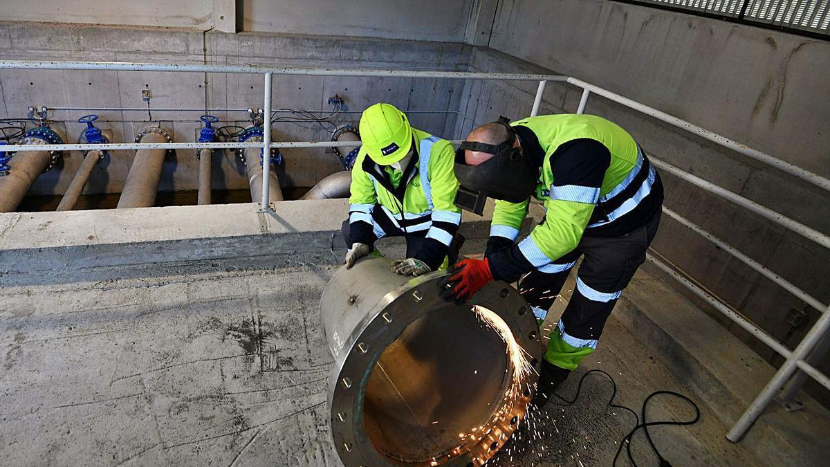 Trabajos en el depósito de agua y estación de bombeo de Castro Senín, en Mourente.     // G. SANTOS