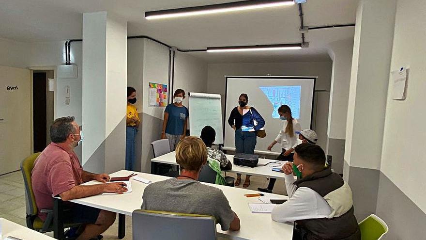 El Ayuntamiento de Santa Cruz imparte talleres para la integración de las personas migrantes