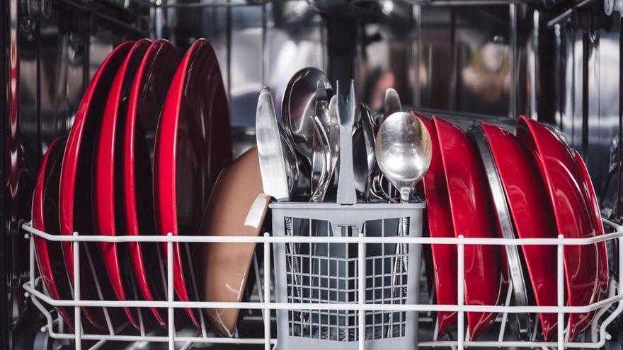 El motivo por el que no se debe dar un agua a los platos antes de meterlos en el lavavajillas