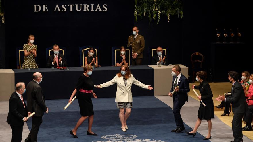 Teresa Perales y el aplauso a los responsables de la vacuna contra la Covid emocionan en los premios Princesa