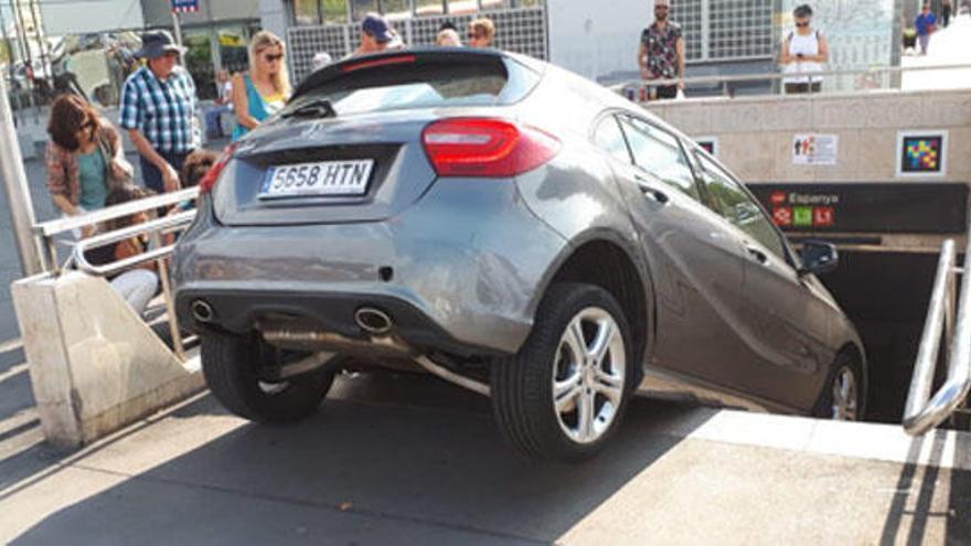 Una mujer empotra su coche contra una boca de metro en Barcelona