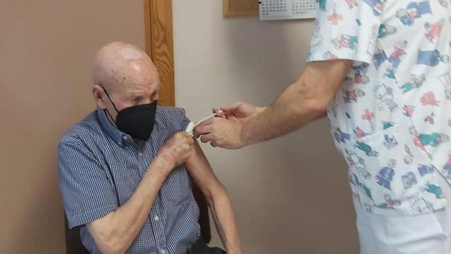 El Centro de Salud vacuna a los primeros monoveros de 90 años