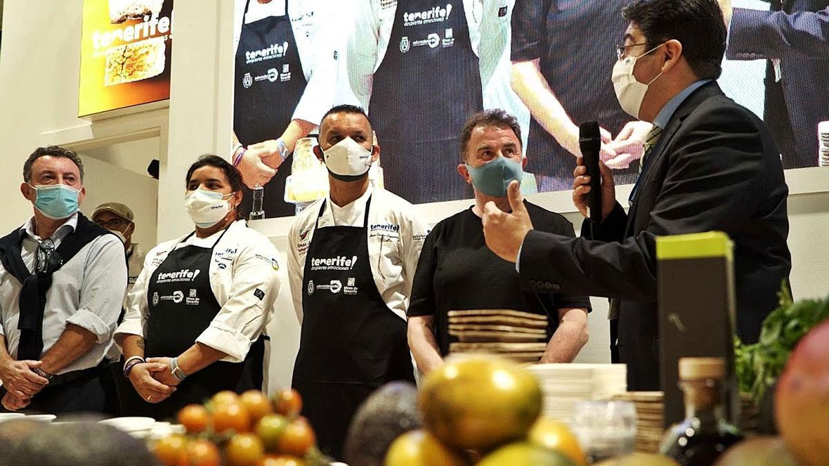 Pedro Martín, presidente del Cabildo, a la derecha, junto a varios cocineros en el estand de Tenerife en Madrid Fusión.