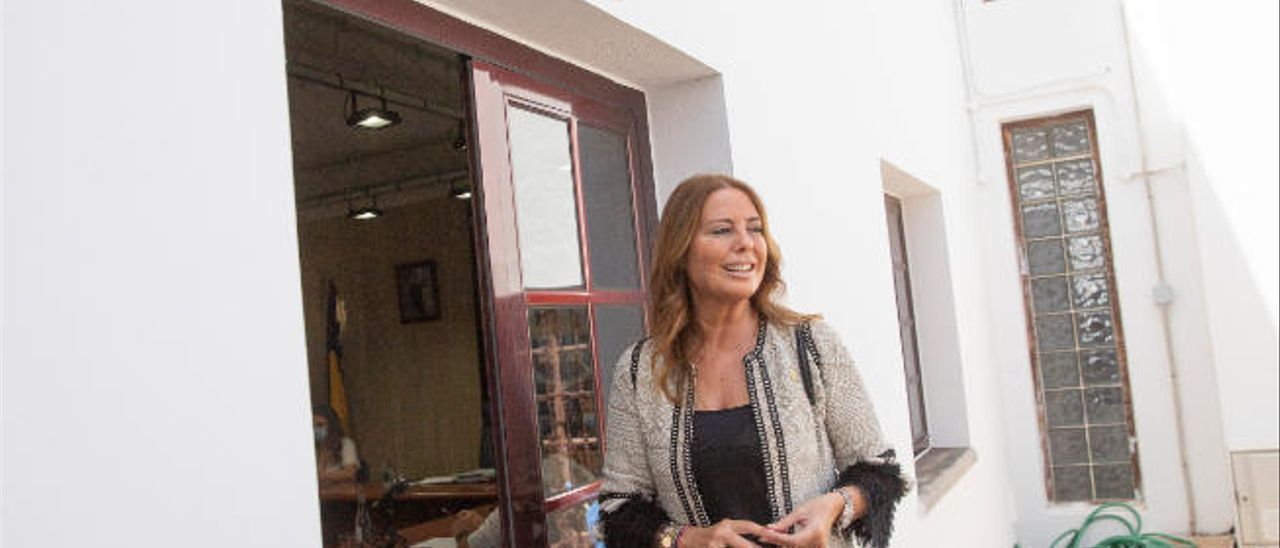La nueva alcaldesa de La Oliva, Pilar González, tras la conclusión del pleno extraordinario donde fue elegida regidora.