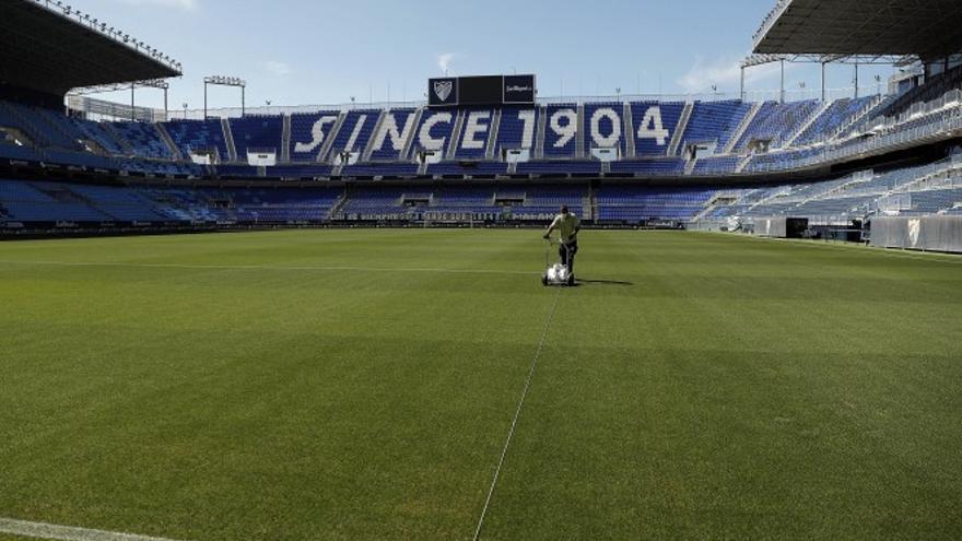 El Málaga CF renueva el césped de La Rosaleda