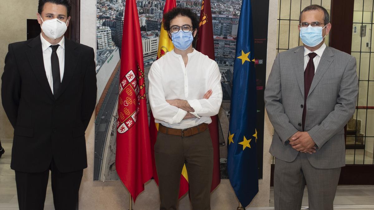 El profesor Orenes (izq), el alumno Nicolás Rodríguez, y el profesor Antonio Guirao; los premiados de la UMU junto al profesor Moraleda, que no pudo asistir al acto