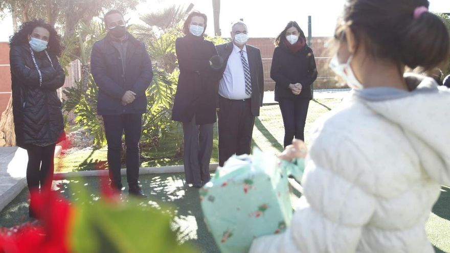 Isabel Franco lleva regalos de Navidad a los menores tutelados