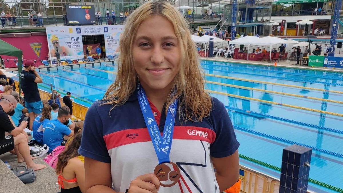 Gemma Naz, con su medalla de bronce conquistada en 100 mariposa de 17 años.