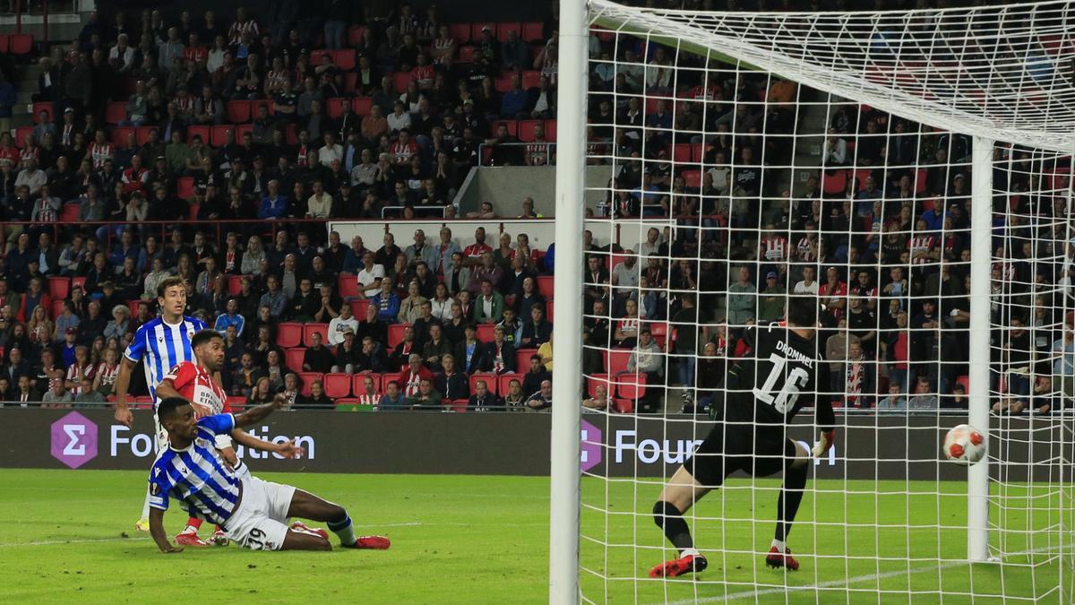 Isak marca el segundo gol de la Real Sociedad ante el PSV.