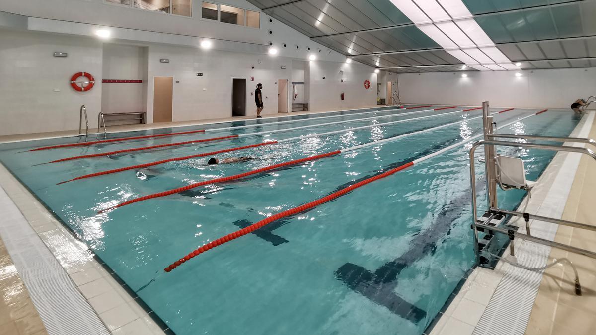 Los primeros usuarios acudieron ayer a la piscina el día que abría sus instalaciones.