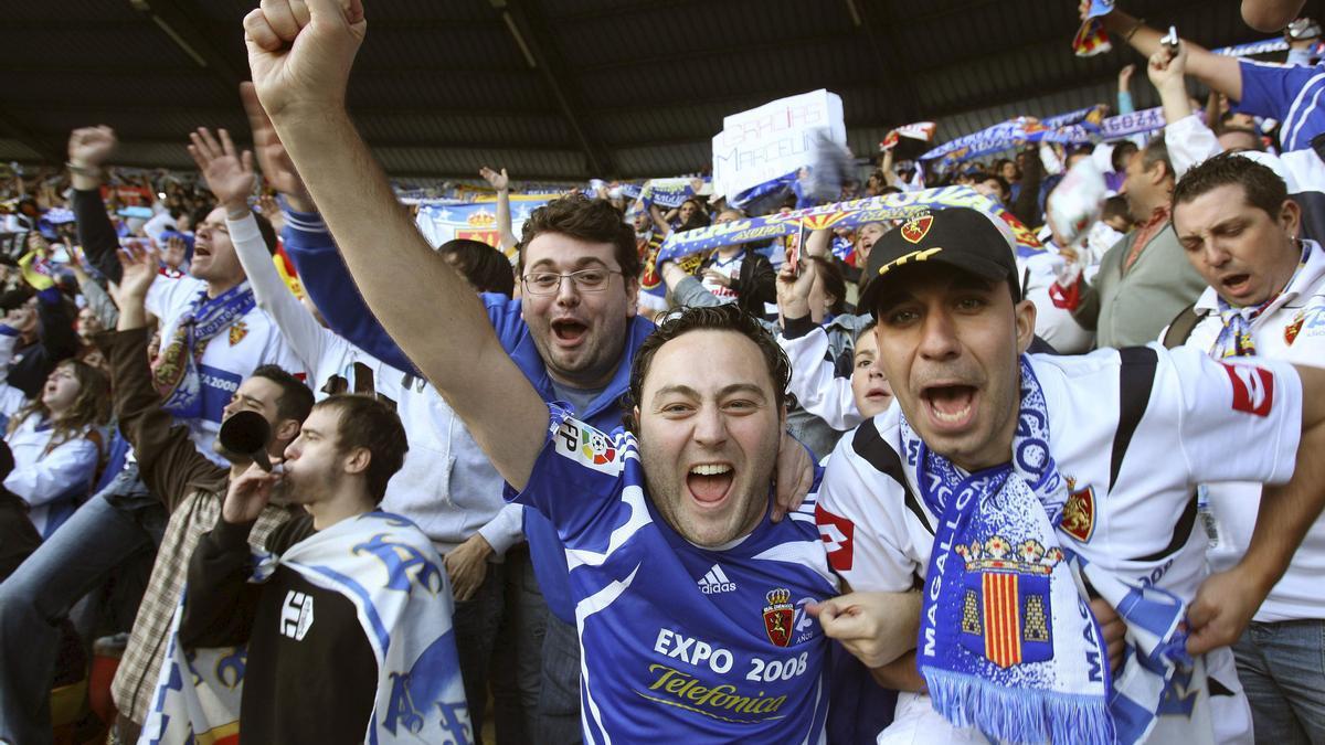 Un grupo de aficionados, durante un partido en La Romareda.