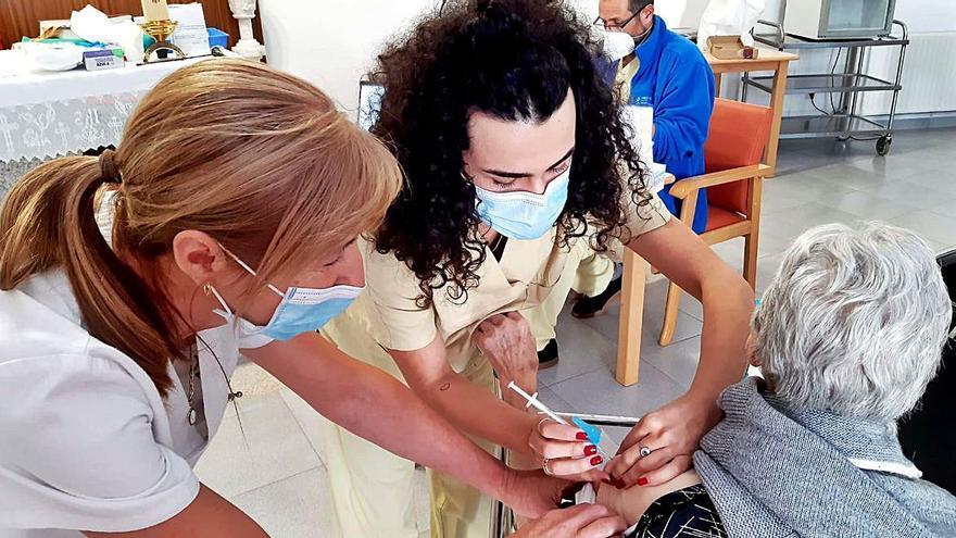 Las residencias de Silleda y A Estrada reciben la tercera dosis de la vacuna