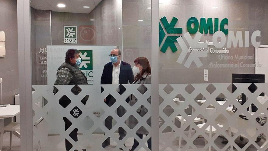 Alzira traslada la OMIC a un mercado semivacío para intentar revitalizarlo