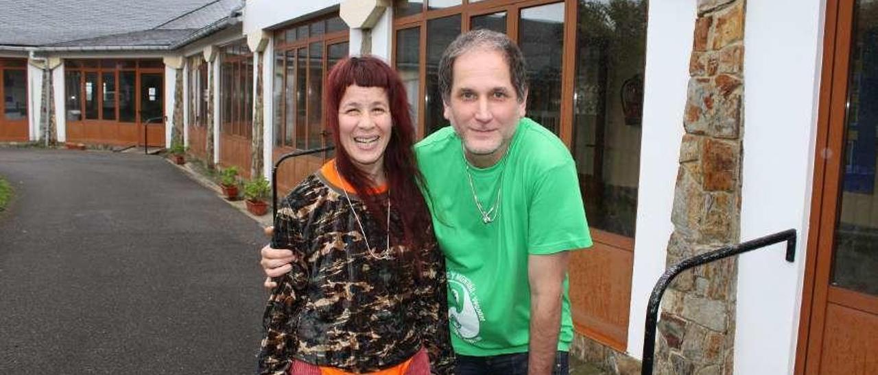 Yanel Barbeito y su marido, Omar Gómez, ayer, en las instalaciones de la Fundación Edes.