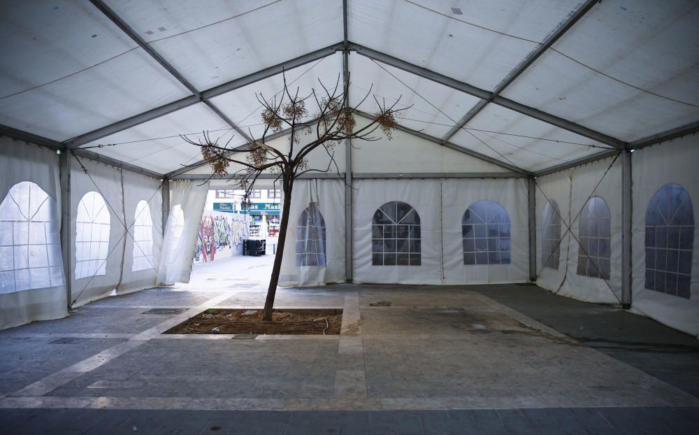 Curiosa carpa de la plaza de la Merced, con un árbol en su interior.