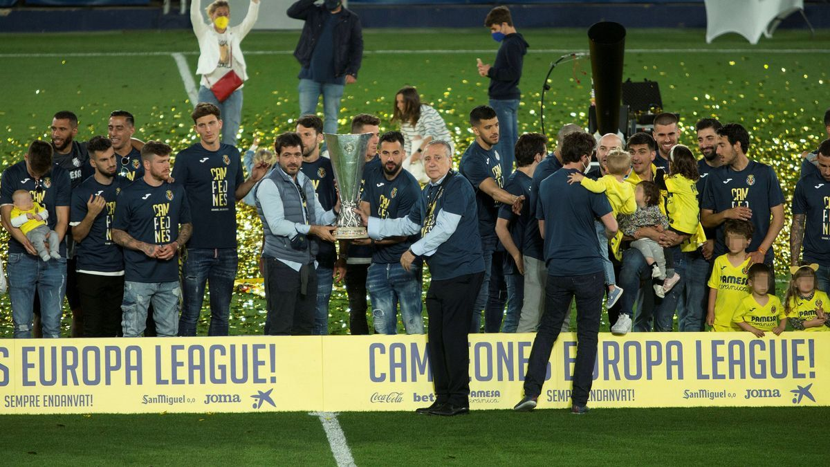 Fernando Roig, con el trofeo de campeón de la Europa League, junto al consejero delegado, Roig Negueroles.