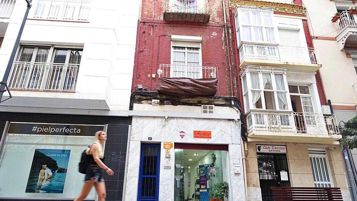 El edificio número 35 de la calle Jabonerías, pendiente de apuntalar.  | IVÁN J. URQUÍZAR