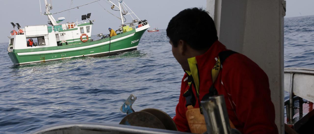 El pescador David Charca, durante una jornada de pesca.