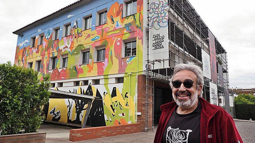L'artista Jordi Bosch pinta un mural a El Puntal de Banyoles