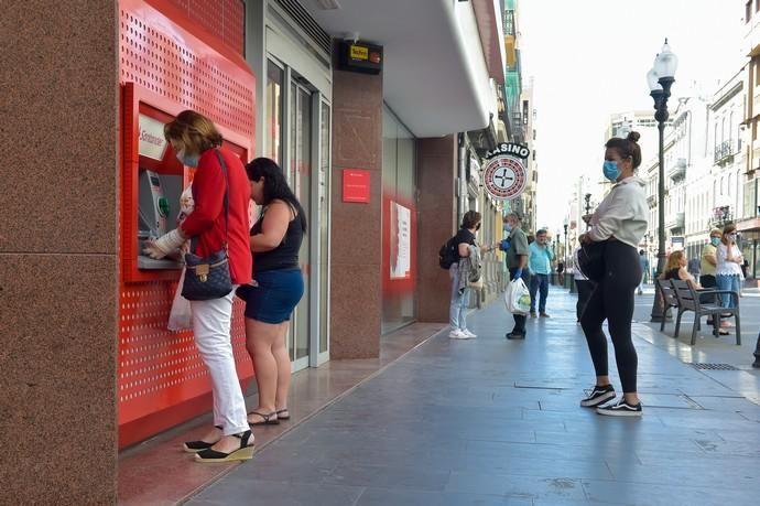04-05-2020 LAS PALMAS DE GRAN CANARIA. Colas en cajeros automáticos de diversos bancos. Fotógrafo: Andrés Cruz    04/05/2020   Fotógrafo: Andrés Cruz