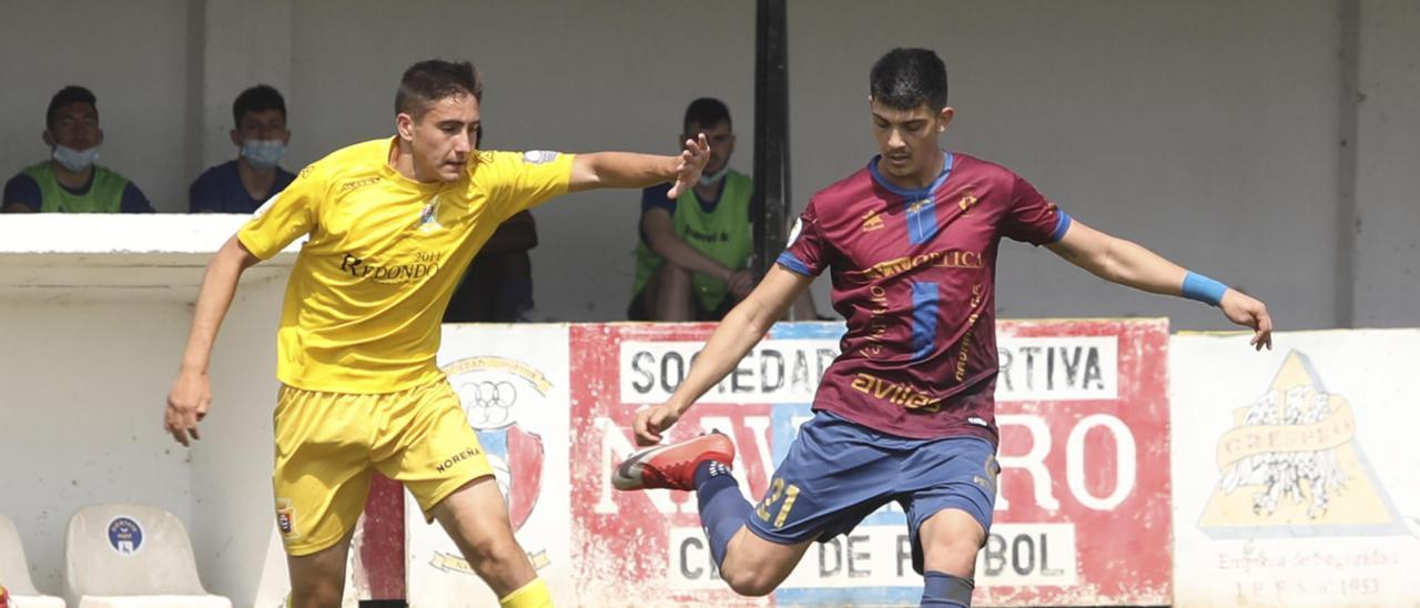 Nico Pandiani a golpear el balón ante Pedro, del Condal, durante el partido de ayer