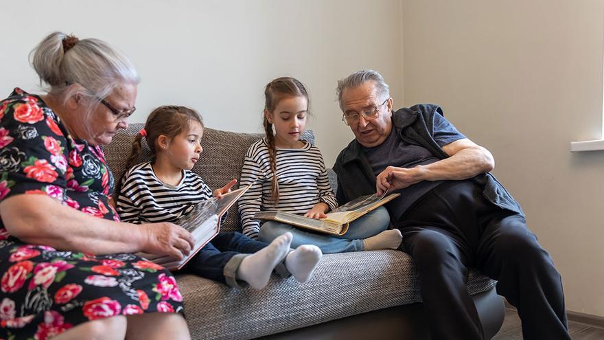 El temor a contagiar a los abuelos dispara la demanda de cuidadores de niños para conciliar