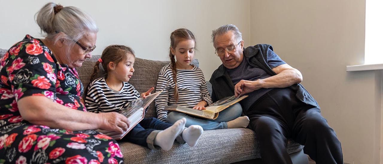 Los abuelos, desbancados como los cuidadores de los más pequeños de la casa, por la pandemia