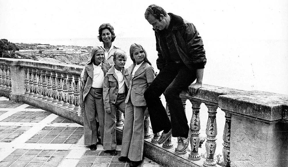 El entonces rey Juan Carlos I, junto a Sofía y sus hijos:Cristina, Felipe y Elena.
