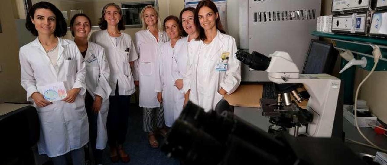 Por la izquierda, Paula Alonso, Susana Diego (coordinadora de calidad), Julia Lobo, Alba Riesgo, Carmen Martínez, María Antonieta Gayoso (jefa del servicio de farmacia) y Patricia Mejuto (microbióloga).