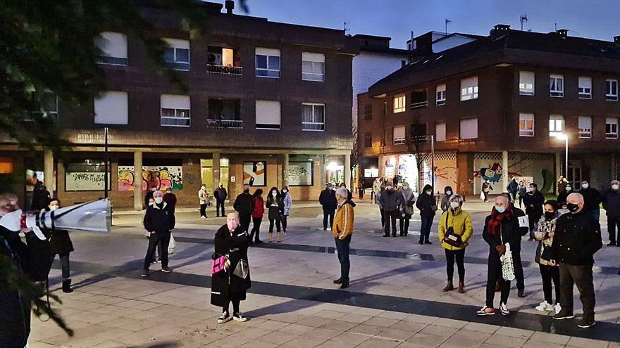 Los vecinos de Lugones exigen con una protesta más vigilancia policial ante los últimos atracos