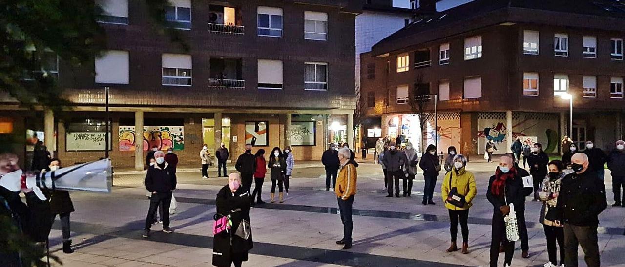 Los vecinos, ayer, durante la manifestación en Lugones. | S. A.