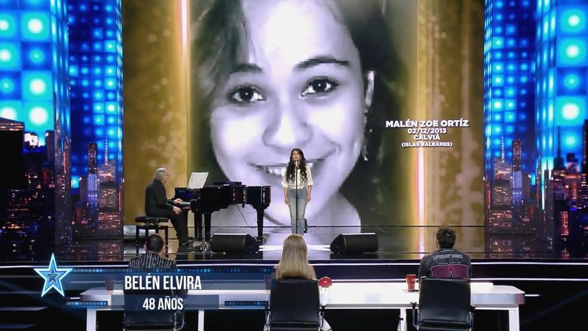 Un momento de la actuación de Belén Elvira, con la imagen de Malén Ortiz.