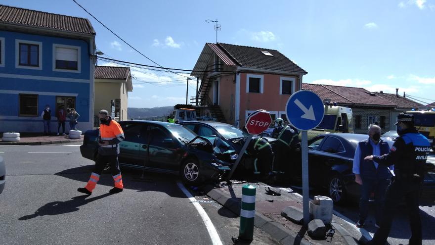 Una colisión entre tres vehículos en Valliniello se salda con dos heridos