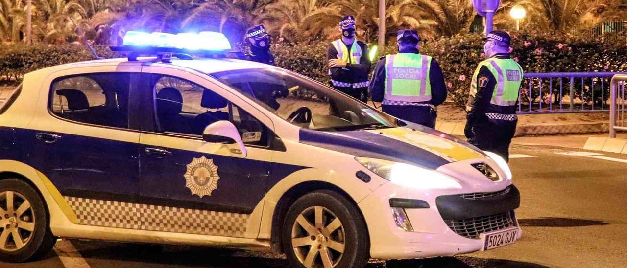 Policías en la parada del TRAM en la Albufereta