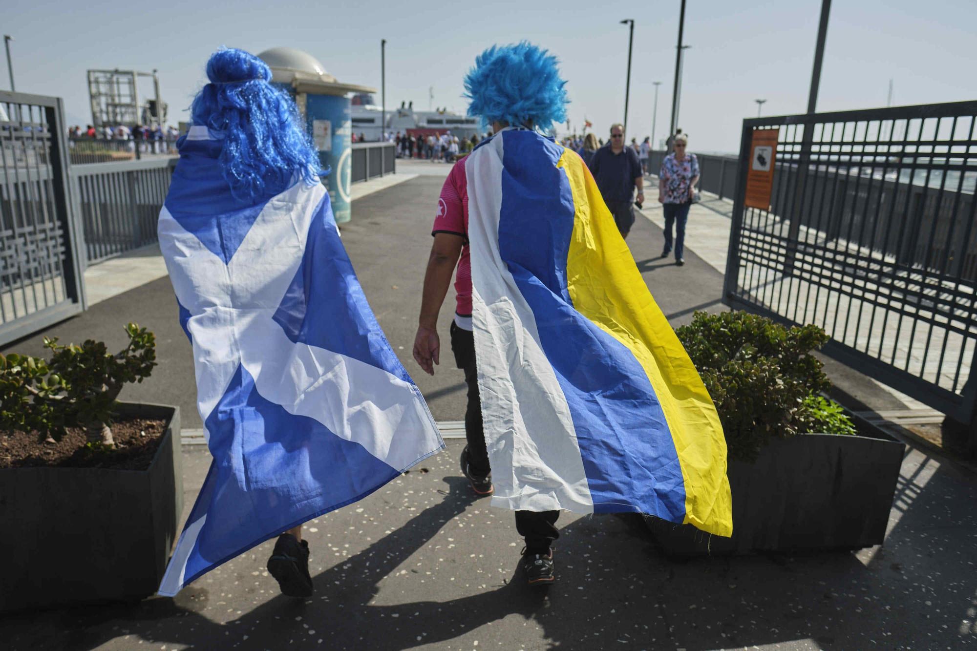Aficionados del CD Tenerife, rumbo al derbi