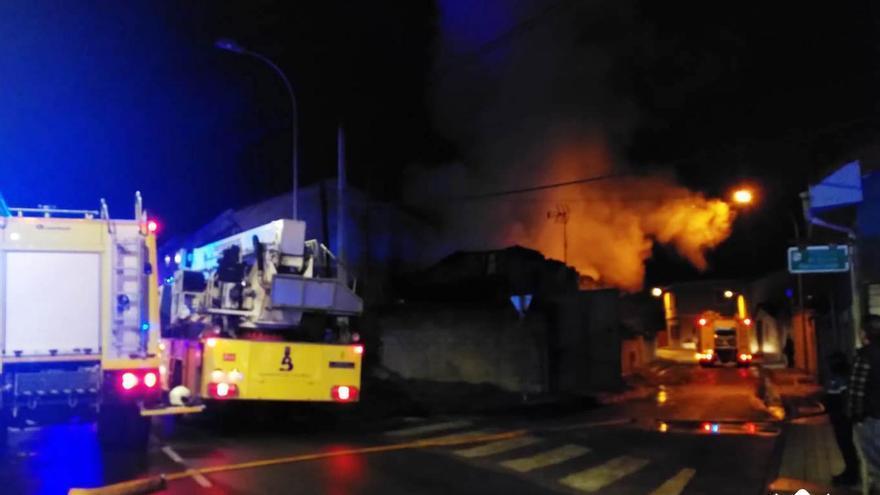 Sendos incendios en Mieres y Langreo causan alarma durante la noche