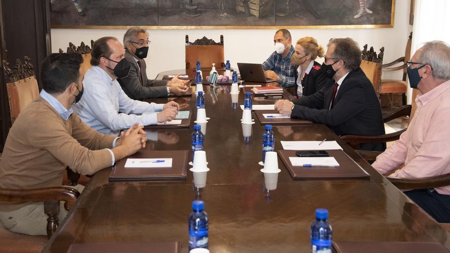 Diputación y patronal rediseñarán el programa de viajes para mayores 'Castellón Sénior'