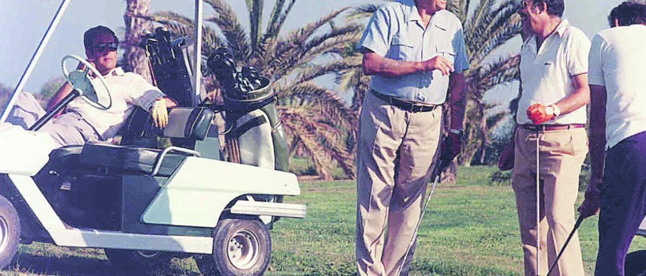 Juan de Borbón, padre del rey emérito, y D. Alejandro del Castillo, (sentado en el trolley) jugando en el campo de Golf de Maspalomas, fundado por éste último.