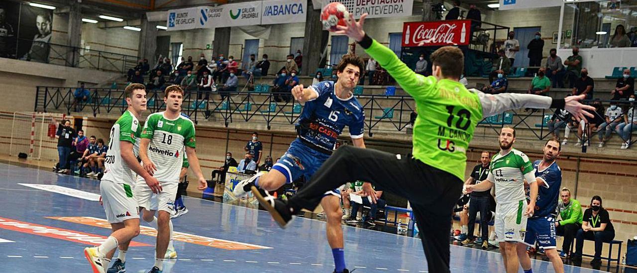 David Iglesias lanza ante Marcos Cancio en el partido ante el Anaitasuna. |  // GONZALO NÚÑEZ