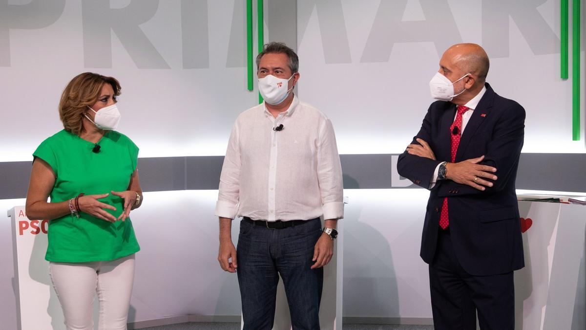 Los tres candidatos instantes antes de comenzar el debate.
