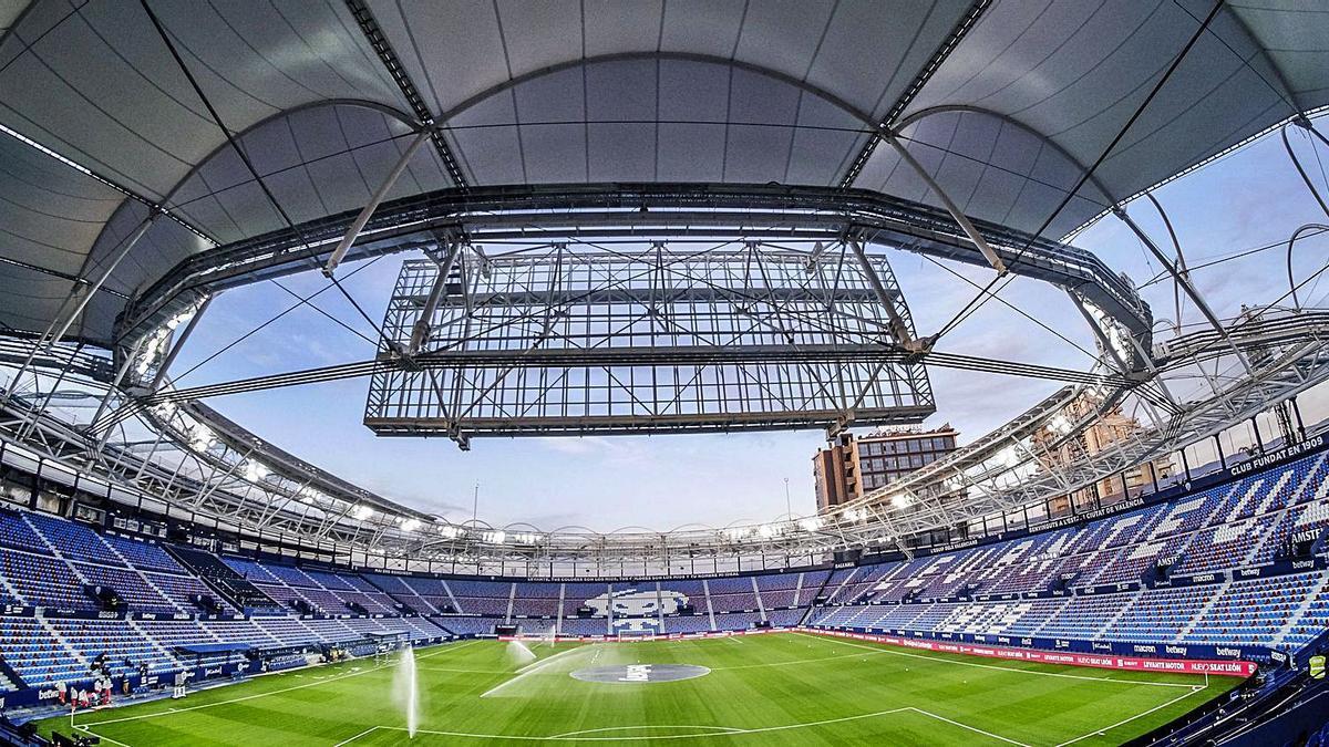 Panorámica del estadio Ciutat  de València tras la remodelación a la que ha sido sometido recientemente.