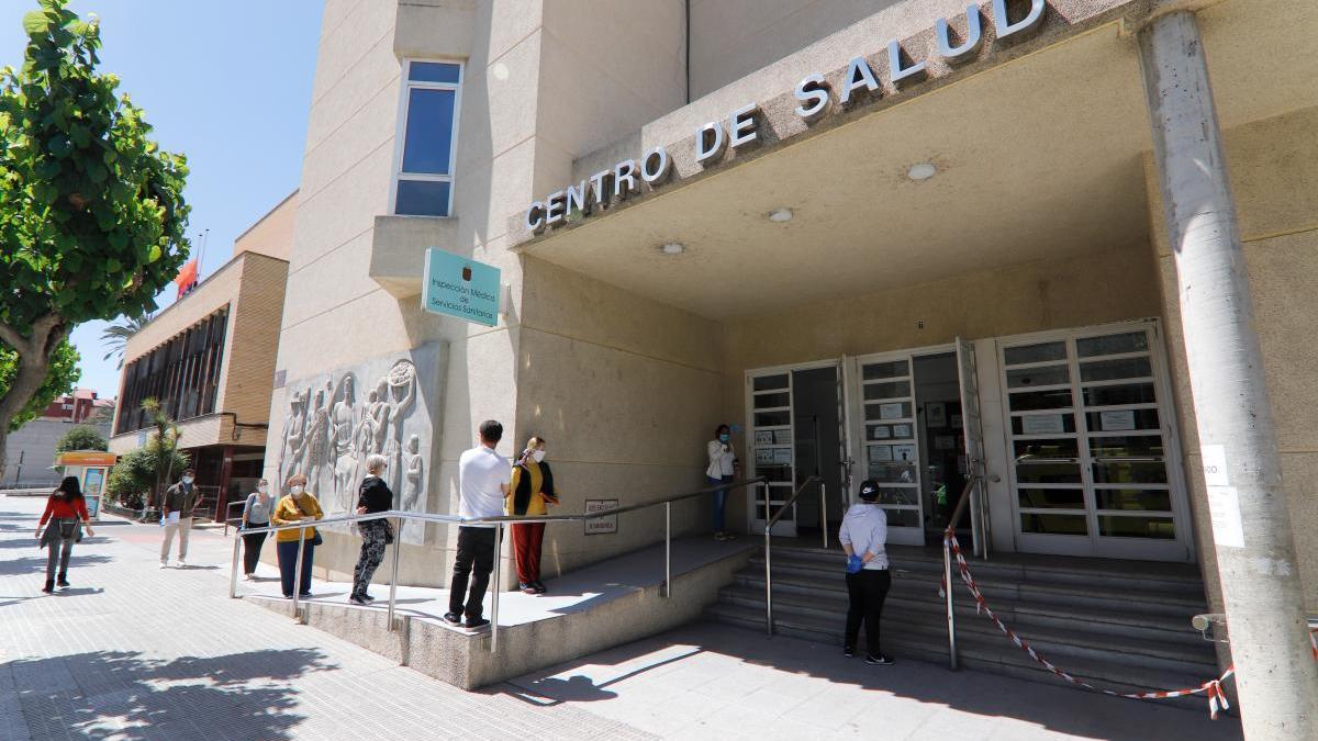 Pacientes hacen cola para poder acceder al centro de salud de San Andrés en Murcia.