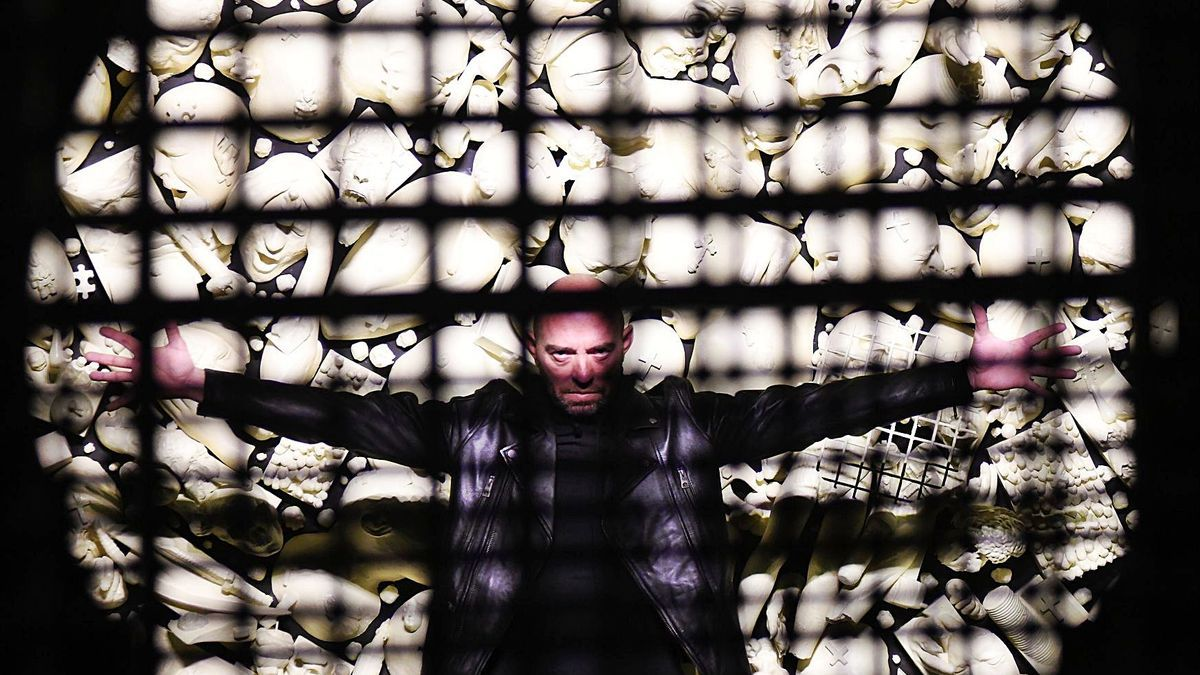 El artista yeclano, a través de una de las puertas de Verónicas.    ISRAEL SÁNCHEZ