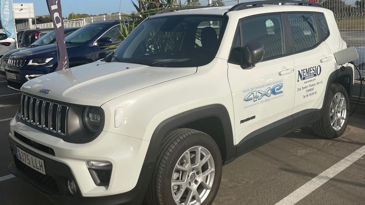 El nuevo Jeep Renegade 4xe disponible en Automóviles Nemesio desde 260€ al mes.