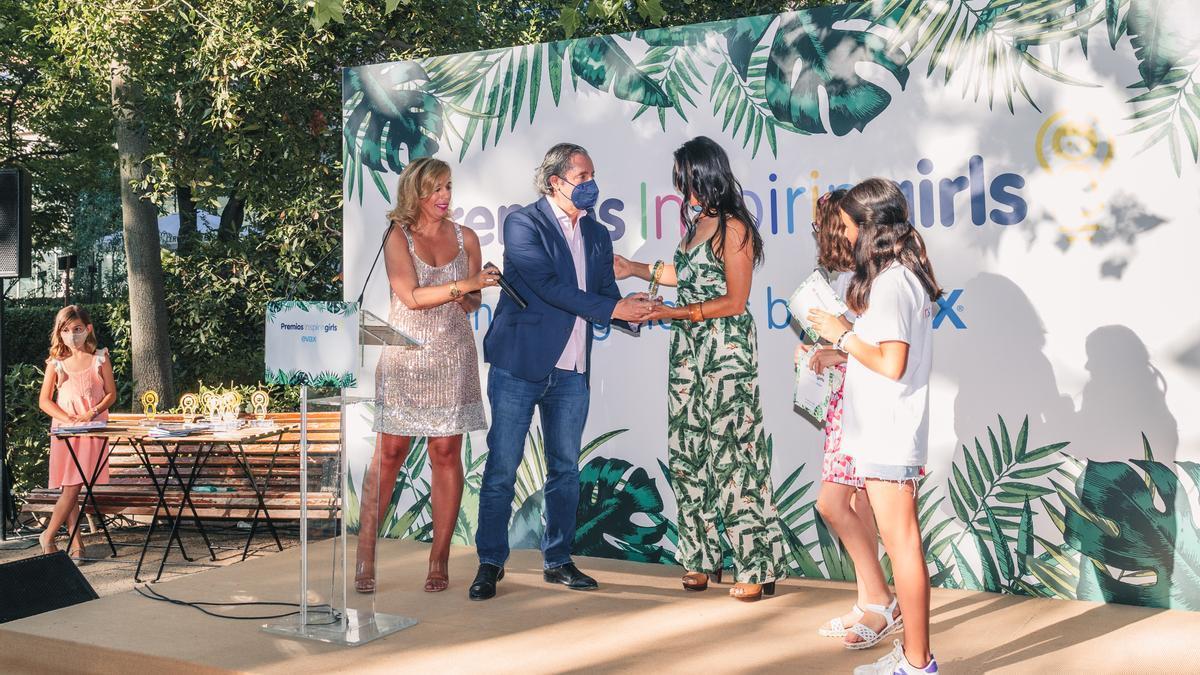 Sara García recibe el premio de la mano de Pedrerol