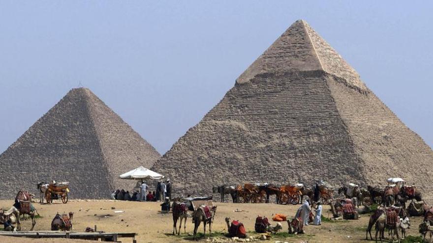 Detenido por hacerse una foto enseñando el culo en las pirámides de Guiza