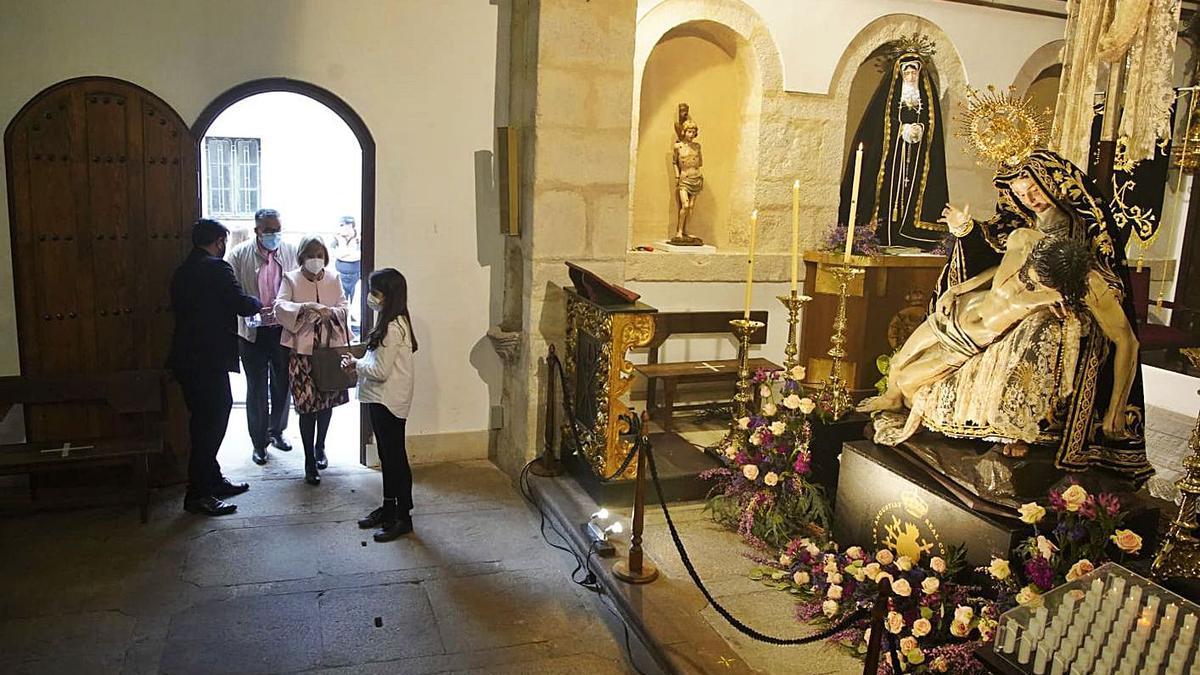 Veneración de Nuestra Madre de las Angustias, en su capilla de la iglesia de San Vicente.