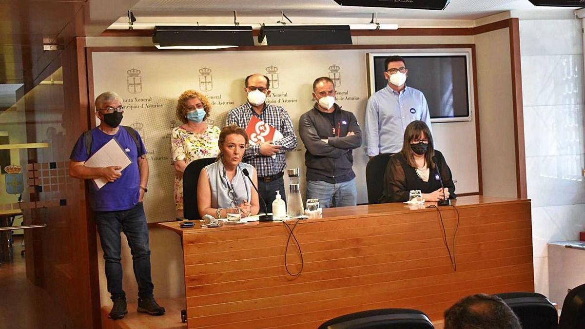 Teresa Mallada, sentada a la izquierda, ayer junto a representantes de la enseñanza concertada y la diputada popular Gloria García.