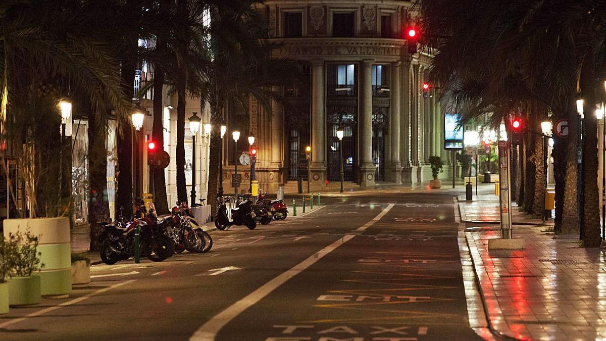 La ciudad de València luce vacía en la última noche de toque de queda del 7 de junio.    FERNANDO BUSTAMANTE