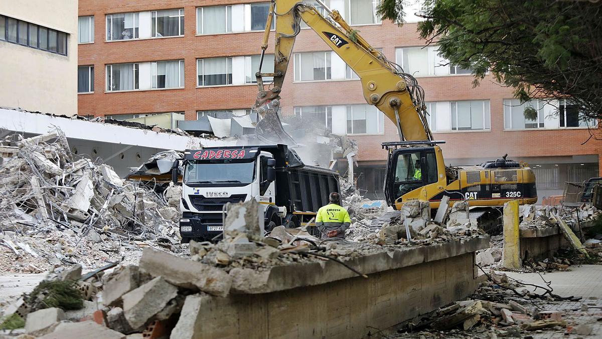 Una excavadora derribando ayer las naves de los talleres de la Escuela de Agrónomos de Blasco Ibáñez. | M. A. MONTESINOS